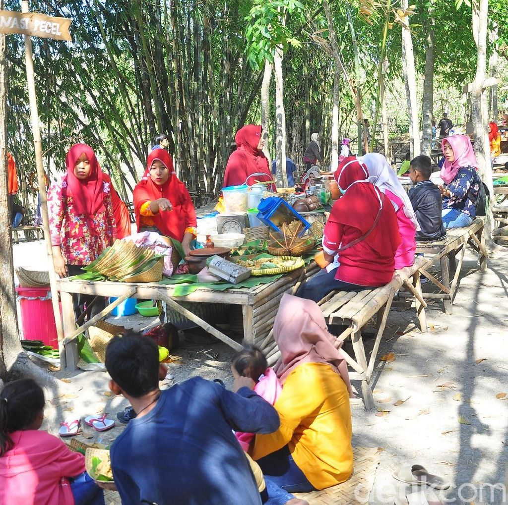 Foto: Pasar di Grobogan Ini Cuma Terima Uang Bambu