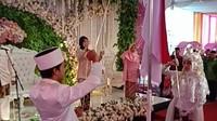 Tidak hanya mengharapkan keluarganya menjadi sakinah mawadah wa rohmah, tapi harapan untuk Indonesia lebih maju pun tersirat dari wajah bahagia pengantin baru itu.