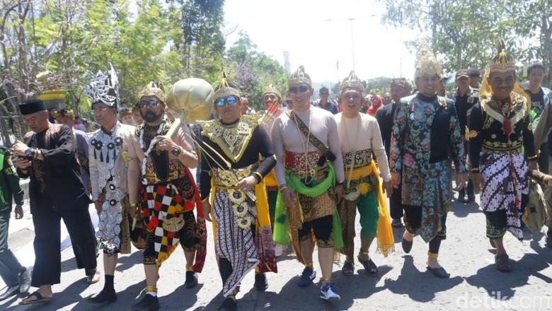 Keseruan Pejabat Berkostum Wayang di Karnaval Kemerdekaan Sabilulungan