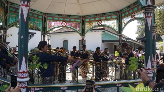 Abdi dalem Kraton Yogyakarta mainkan lagu nasional. Foto: Pradito Rida Pertana/detikcom