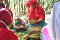 Pedagang harus menyisihkan 10 persen dari total pendapatan hari itu untuk pihak pengelola. Total jumlah penjual makananan dan minumannya ada 40 orang, sedangkan pengelolanya ada 22 orang, seluruhnya warga desa setempat (Akrom Hazami/detikcom)