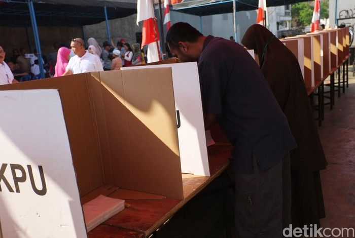 Ratusan warga Kav Sigma, RW 20, Pondok Gede, Jatimakmur, Bekasi menyelenggrakan Pemilu. Pemilu ini untuk memilih Ketua Rukun Tetangga dan Rukun Warga.