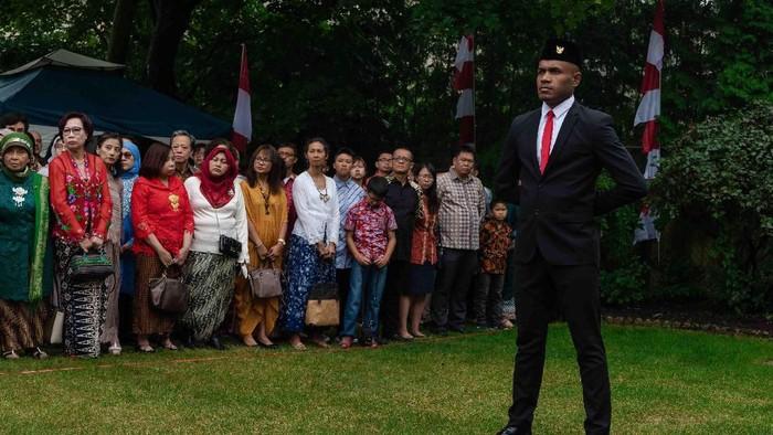 Foto: Marco Fonza saat pimpin upacara Bendera di Toronto (dok. KJRI Toronto)