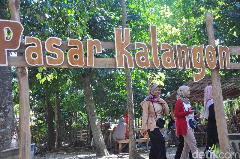 Inilah Pasar Kalangon yang unik di Grobogan, Jawa Tengah. Pasar ini tidak menerima uang rupiah, melainkan hanya menerima uang bambu (Akrom Hazami/detikcom)