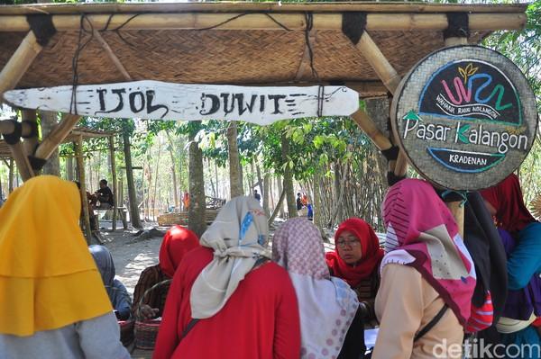 Sebelum berbelanja di Pasar Kalangon, traveler harus menukarkan uang rupiah dengan uang bambu di stan bertulis Ijol Duwit ini. Satu uang bambu bernilai Rp 2 ribu (Akrom Hazami/detikcom)