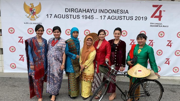 Foto: Pakaian batik dan pakaian tradisional dari berbagai wilayah Nusantara ikut memeriahkan perayaan HUT RI ke-74 di Los Angeles (dok. Istimewa).