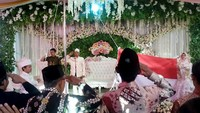 Hal tersebut dilakukan sebagai bentuk kecintaan sang mempelai kepada negara Indonesia. Meski harus melangsungkan prosesi sakral yang sangat penting untuk pribadi mereka, namun sepasang pengantin itu tetap tidak melupakan prosesi lain yang tak kalah penting untuk negaranya.