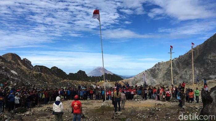 Foto: Sejumlah pendaki merayakan HUT RI ke-74 di puncak Gunung Sibayak, Kabupaten Karo, Sumatera Utara (dok. Istimewa).
