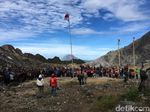 Rayakan HUT RI ke-74, Pendaki Panjat Pinang di Puncak Gunung Sibayak