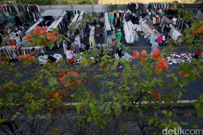 Pedagang pakaian bekas kembali memenuhi sisi jalan di kawasan Senen, Jakarta. Berikut foto-foto penampakannya.