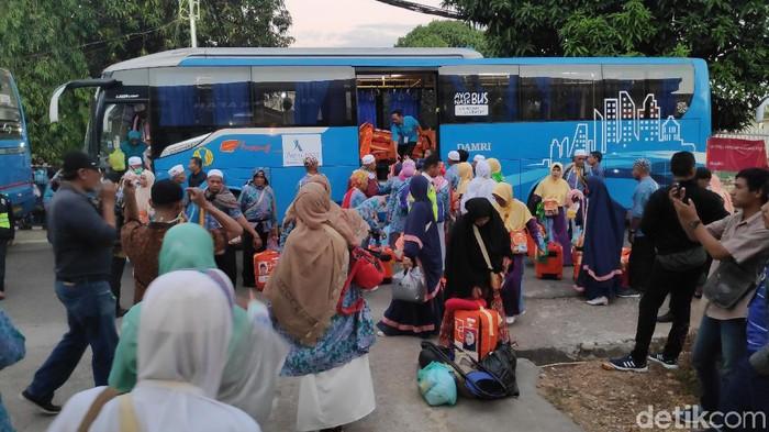 Foto: Jemaah haji debarkasi Makassar tiba di tanah air (Bakrie-detik)