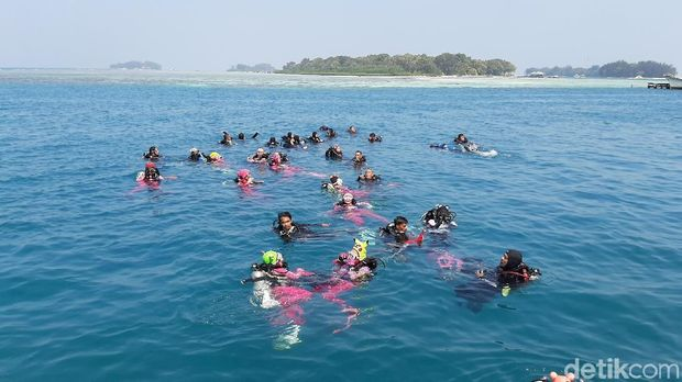Lestarikan Lingkungan Laut, Bhayangkari Gelar Aksi Bersih-bersih Laut