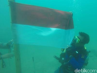 HUT RI, Polairud Bima Kibarkan Merah Putih di Bawah Laut