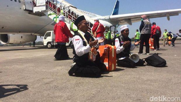Jemaah haji kloter 1 Debarkasi Solo tiba di bandara Adi Soemarmo, Boyolali.