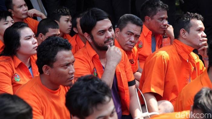 Foto: Tersangka Umar Kei dan Rio Reifan turut dipamerkan saat pemusnahan barang bukti (Lamhot Aritonang)