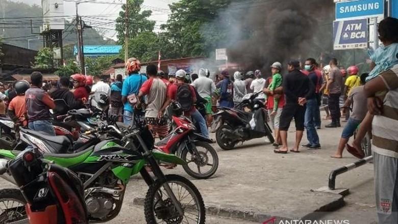 Massa di Manokwari Protes Pengepungan Asrama Papua di Surabaya, Lalin Lumpuh