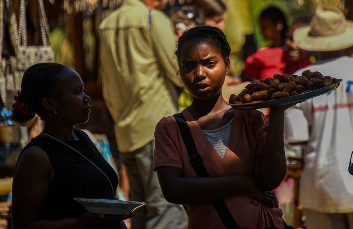 Madagaskar punya banyak makanan kaki lima yang unik. Biasanya hidangan kaki lima ini dijajakan di pasar, stasiun, hingga lewat para penjual yang berkeliling. Foto: Istimewa