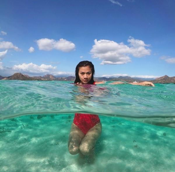 Selain berkunjung ke Gili Lawa, Adinda juga berenang di perairan Pulau Kalong, NTB (adindabakrie/Instagram)