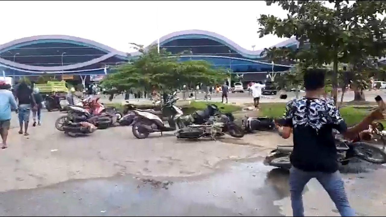 Kekecewaan massa terhadap tindak persekusi terhadap mahasiswa asal Papua dan Papua Barat di beberapa kota di Pulau Jawa meluas hingga ke Kota Sorong, Papua Barat. Massa merusak fasilitas publik di Bandara Domine Eduard Osok (DEO).