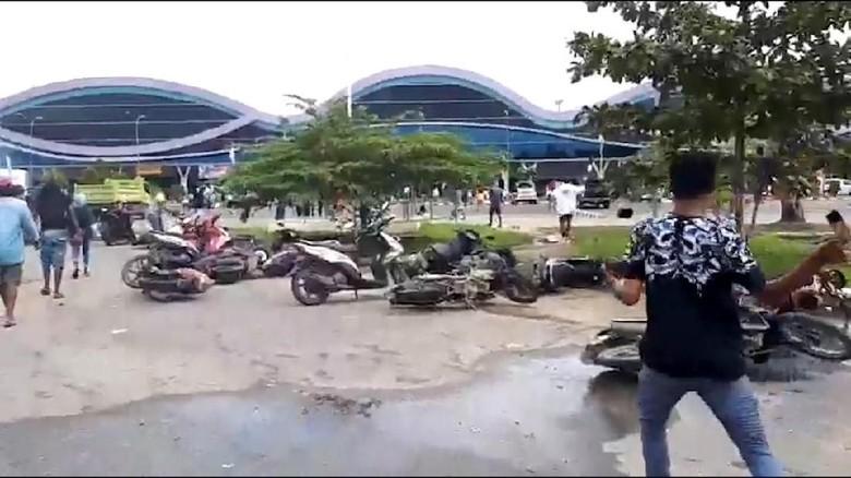 Video Detik-detik Massa Serbu Bandara di Sorong