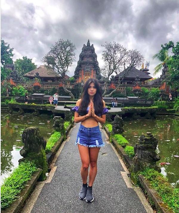 Liburannya di Bali (adindabakrie/Instagram)