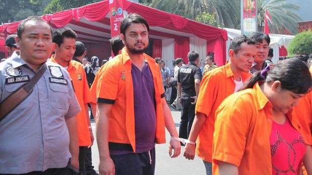 Rio Reifan saat digiring polisi bersama tahanan lainnya.