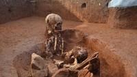 Para arkeolog berpendapat bahwa Plain of Jars adalah makam purbakala. Tim arkeolog yang dipimpin Dr Dougald OReilly dari Australian National University memperkirakan tulang-belulang tersebut berusia 2.500 tahun (Australian National University)