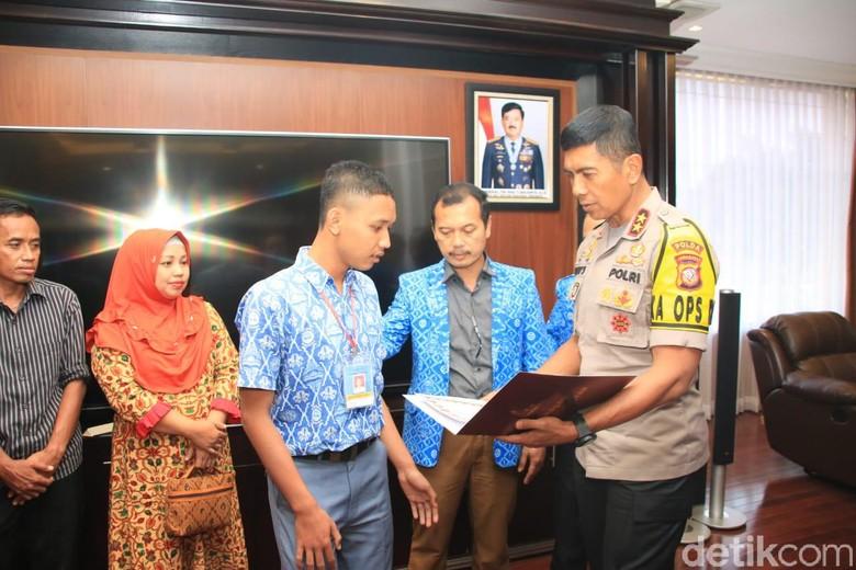 Bantu Aiptu Erwin, Siswa SMK di Cianjur Dapat Penghargaan Kapolda Jabar