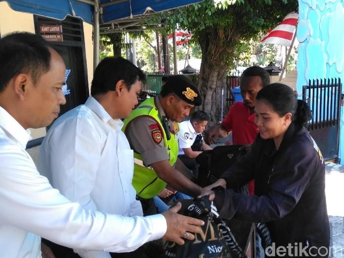 Pengunjung diperiksa petugas/Foto: Deny Prastyo Utomo