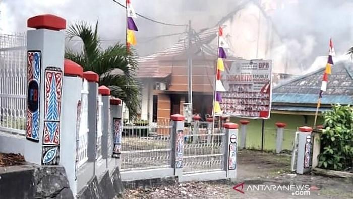 Gedung DPRD Papua Barat dibakar massa. (ANTARA FOTO/Toyiban)