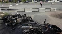 Penampakan bangkai sepeda motor usai dibakar massa di parkiran Bandara Domine Eduard Osok (DEO) Kota Sorong, Papua Barat, Senin (19/8/2019).