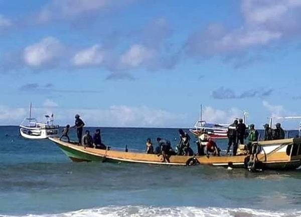 Untuk wisata lumba-lumba, wisatawan harus booking kapal nelayan satu hari sebelum jalan. Kapal berangkat mulai pukul 09.00 WIB pagi. (dok. Pokdarwis La-Bibano Wane)