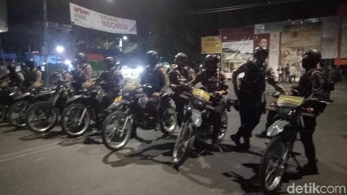 Polisi bersiaga di lokasi bentrokan dekat asrama Papua di Makassar, Sulsel. (Ibnu Munsir/detikcom)