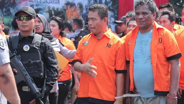 Umar Kei diborgol kabel ties bersama tahanan lainnya.
