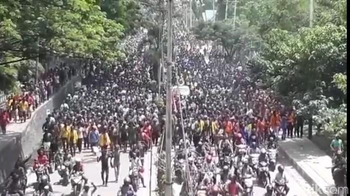 Massa melakukan long march di Jayapura. (Wilpret/detikcom)