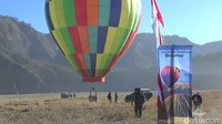 Harga untuk naik balon udara ini yakni sebesar Rp 500 ribu. Dengan durasi sekitar 15 menit, lihatlah lanskap kawah Gunung Bromo, Batok, Pasir Berbisik dan Bukit Teletubbies (M Rofiq/detikTravel)