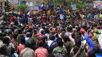Aksi demo damai dengan long march ini dimulai sejak pukul 09.30 WIT di beberapa titik kumpul. Hampir seluruh pertokoan yang dilewati massa long march memilih untuk menutup usahanya. Massa yang berjalan kaki dari Waena tiba di kantor gubernur Papua dan diterima langsung oleh Gubernur Papua Lukas Enembe.