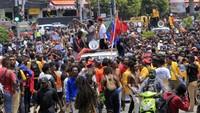 Massa di Jayapura melakukan long march menuju kantor gubernur. Sebelum long march, massa berkumpul di Waena, Abepura, dan Jalan Dok 9.