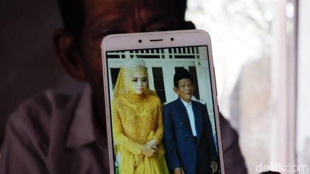 Foto pernikahan Sudirgo (83) dan Nuraeni (27).