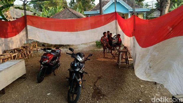 Bendera merah putih tertimbun tanah/