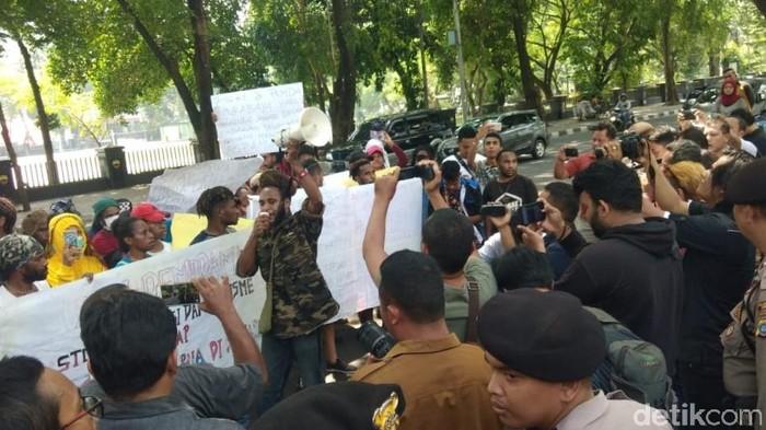 Aksi mahasiswa Papua di DPRD Sumut. (Budi/detikcom)