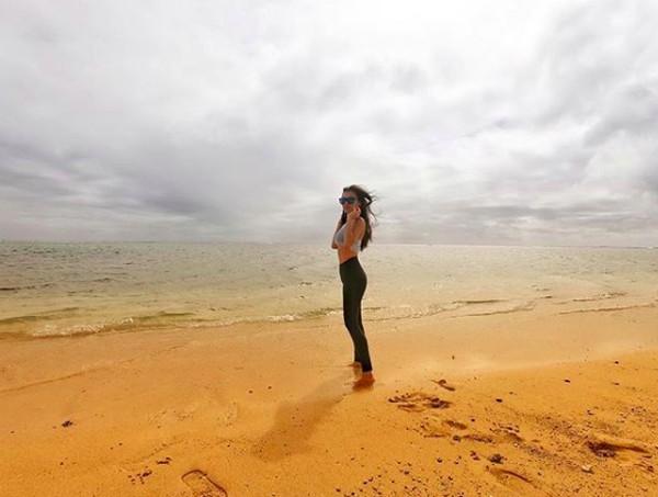 Sedangkan foto ini saat dia di Plumeria Beach House, Hawaii (adindabakrie/Instagram)