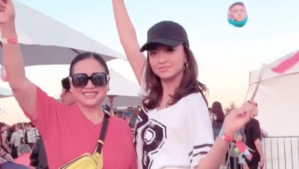Raline Shah Terpukau Aksi Rich Brian dan NIKI di LA
