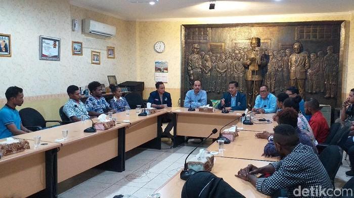 Mahasiswa Papua saat bertemu dengan Rektor Unitomo (Foto: Amir Baihaqi)