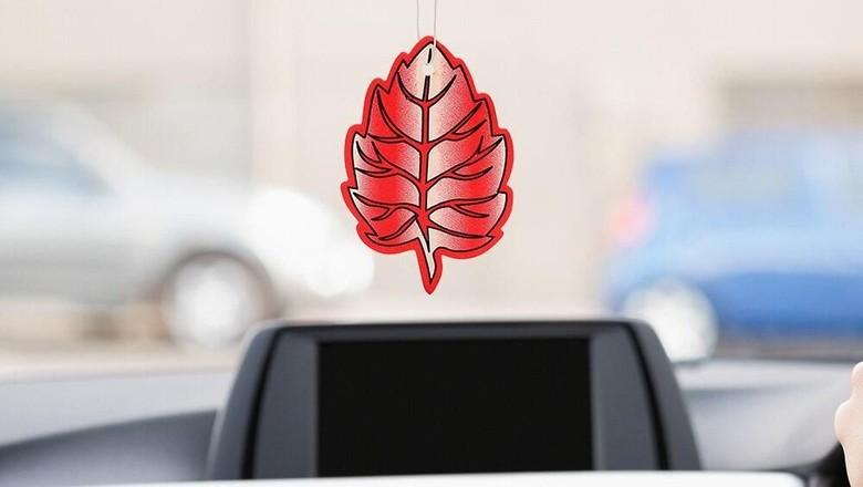 Parfum menggantung di spion tengah mobil