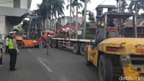Truk Terguling Tutup Jalan di Bawah LRT Palembang Angkut 25 Ton Kelapa