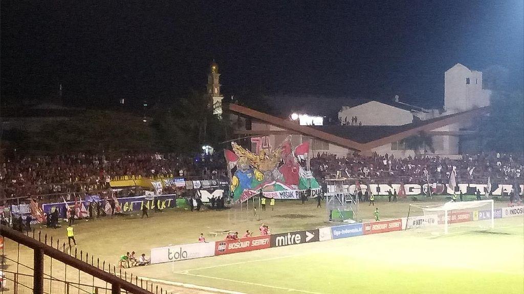 PSM Vs Persib: Suporter Rayakan HUT RI ke-74 di Stadion Mattoangin