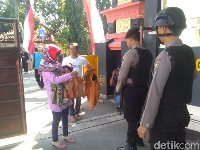 Tamu diperiksa sebelum masuk ke Mapolres Lamongan/Foto: Eko Sudjarwo