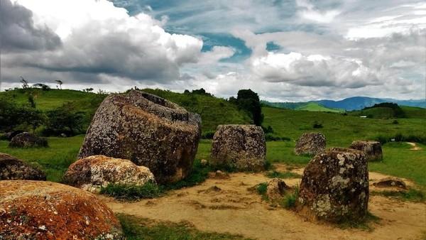 Laos punya Plain of Jars sebagai salah satu situs warisan dunia UNESCO. Situs ini berupa bangunan silinder mirip toples di area Xiangkhoang Plateau, Laos (iStock)