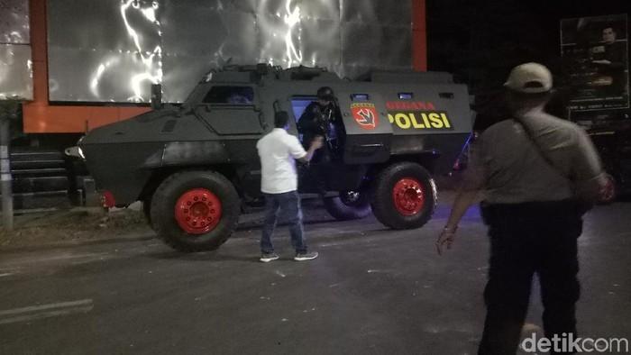 Mencegah bentrok susulan di Makassar, polisi menyiagakan Baracuda. (Ibnu/detikcom)